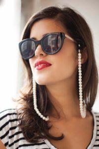 Cuelga gafas con perlas